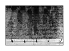 """Salle des """"pendus"""" (Panafloma) Tags: 2017 architecturebatimentsmonuments bandw bw bâtiments famille métiersetpersonnages nadine nadinebauduin natureetpaysages personnes techniquephoto végétaux blackandwhite briques centrehistoriqueminierdelewarde douche fosse géométrie habits mine mineur musée noiretblanc noiretblancfrance salledespendus usine france fr"""