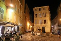 Rue des Tanneurs - Aix-en-Provence (France) (Meteorry) Tags: europe france côted'azur paca bouchesdurhône aix aixenprovence june 2017 meteorry ruedestanneurs evening soir letagdestanneurs restaurant terrasse terrace fontaine fountain people dinner