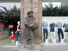 Karabala (Raymonde Contensous) Tags: boutique devanture statue sculpture arménie républiquedarménie erevan yerevan