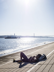 Lisbon 2017: Relaxing (mdiepraam (25m)) Tags: lisbon 2017 portugal man river tagus tejo water sky sun backlight boat bridge
