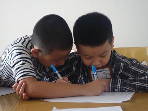 Les enfants peaufinent leur présentation.