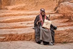 Músico en la Pequeña Petra (Teresa Esteban) Tags: jordania littlepetra músico roca jordan árabe