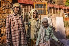 BADAMIL: ELLES TRAVAILLENT COMME DES HOMMES (pierre.arnoldi) Tags: inde india pierrearnoldi photographequébécois karnataka badami canon6d on1raw portraitdefemme photoderue photooriginale photocouleur photodevoyage