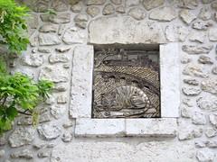 Décoration murale à Beaugency (45) (odile.cognard.guinot) Tags: centrevaldeloire loiret beaugency légende chat diable pont