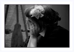 Une lecture donne toujours à réflexion . . . (nickylechatreux) Tags: monochrome demoiselle portrait paris lecture