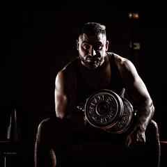 Eine leichte Übung für starke Männer (Dieter Gora) Tags: bizepscurls biceps curl hantel kraftsport muskeltraining 20kg muscle training train trainhard