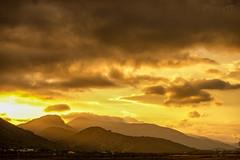 Atardecer. (Pilar Lozano ♥) Tags: bruma ocaso nubes montañas sol cielo pilar lozano♥