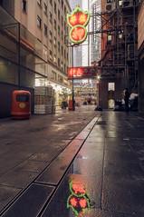 Spiegelung in Hong Kong (rahe.johannes) Tags: hongkong spiegelung architektur nass leuchtreklame stadt city hochhäuser strasenschlucht