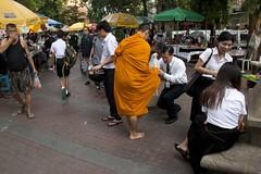 Haciendo méritos (ramosblancor) Tags: humanos humans calles streets ciudades cities gente people tribus tribes mercado market religión religion budista buddhist monje monk méritos merits bangkok tailandia thailand viajar travel