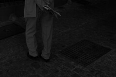 Dando la espalda. (maitetaim.) Tags: people society granada city person human day legend hate love far nothing desire fight compañeros camarada fotografia photo photography pic camera canon blancoynegro bn bw iso good bad full fullpower power go tio men animal crazy psico spain life live living streetphoto street
