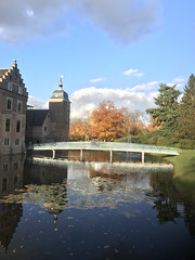 A beauty isn't it? (Nieuwe schoenen; ik ben er weer) Tags: castel museum willink bridgeofglass autumn trees kasteelruurlo museummore carelwillink glazenbrug slotgracht herfst bomen llandschap park