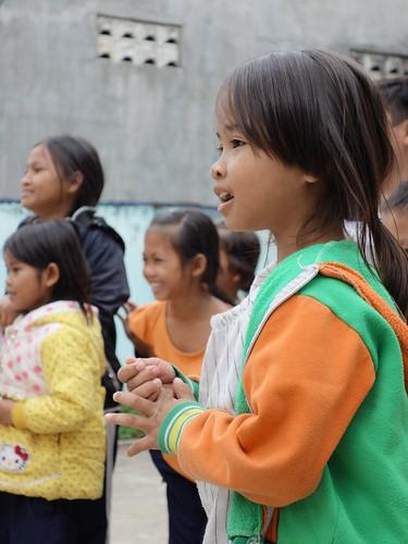 Une des petites filles concentrée sur les actions de ses équipiers