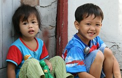 happy children (the foreign photographer - ฝรั่งถ่) Tags: two happy children seated khlong thanon portraits bangkhen bangkok thailand canon kiss