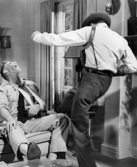 1954a-Frank Sinatra y Sterling Hayden en de repente 1 (cinenegro50) Tags: blackandwhite filmstill kicking fighting yelling shouting screaming pain sling broken arm wrist sitting couch sofa holster gun