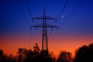 Sonnenuntergang blick auf Strommast ⚡️mit Halbmond 🌙