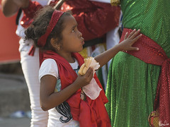 La petite et son sandwich (Rosca75) Tags: carnaval carnavaldebarranquilla barranquilla colombia colombie people lifestylephotography streetphotography child children niños portrait portraiture young
