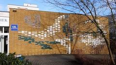um 1990 Berlin dekorative Wandgestaltung von Peter Hoppe Klinker farbig glasiert Eichhorster/Havemannstraße 17a im Quartier Marzahn-Nord in 12689 Marzahn (Bergfels) Tags: skulpturenführer bergfels um 1990 1990er 20jh nach1989 berlin wandbild wandgestaltung peterhoppe phoppe hoppe klinker glasiert eichhorsterstrase havemannstrase quartiermarzahnnord 12689 marzahn skulptur plastik beschriftet