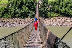 IMAGES OF NEPAL (TONY-BUENO - Barcelona) Tags: canon eos 70d 35350 35350ef3556 nepal rio river bridge puente people gente