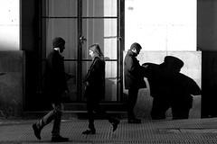 vidas que se cruzam (renanluna) Tags: pessoas people mulher woman homem man rua street monocromia monochromatic pretoebranco blackandwhite pb bw buenosaires argentina ag fuji fujifilm fujifilmxt1 xt1 35mm fujinon35mmf14xfr fujinon renanluna