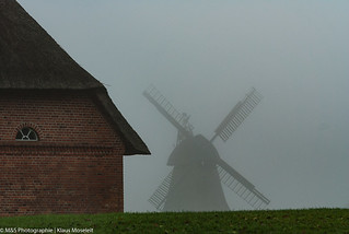 Windmühle im Nebel aufgenommen im Freilichtmuseum Molfsee - Windmill in the fog photographed in the open-air museum Molfsee
