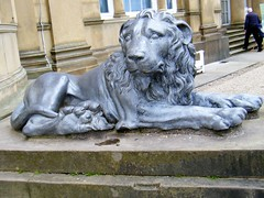 Manchester = Heaton Park, Lion🐝🐝🐝🐝🐝 ROAR !!!! (rossendale2016) Tags: beasts other stalks kills attack attacking frightening eater meat carnivor roar africa jungle guard doorway sitting building house main guarding bronze animal wild down lying fierce growl lion park heaton manchester