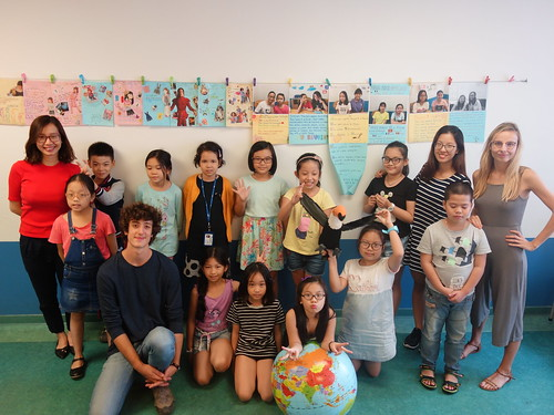 Le groupe d'enfants vietnamiens de l'institut français d'Hanoï