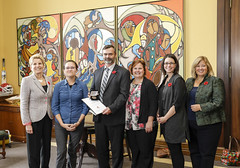 ONTARIO: Award recipient/lauréat The LearningHUB, with Premier/avec la première ministre Kathleen Wynne ©Queen's Printer for Ontario/Imprimeur de la Reine pour l'Ontario©, 2017