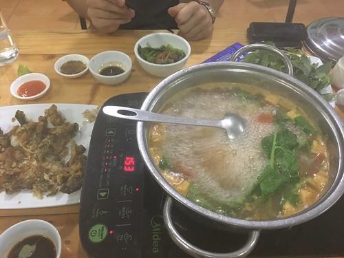 """Un """"Lau"""" : c'est un plat un peu spécial. On sert un grand bouillon chauffé sur une plaque, et des légumes et de la viande à part. Chacun prépare ses légumes ou sa viande en laissant mijoter dans le bouillon."""