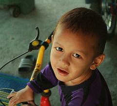 boy on a tricycle (the foreign photographer - ฝรั่งถ่) Tags: boy tricycle looking up khlong thanon portraits bangkhen bangkok