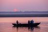Varanasi sunrise (Wanda Amos@Old Bar) Tags: india varanasi wandaamos boat boatman river silhouette sun tourists ganges