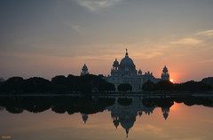 Sunset at Victoria Memorial. (draskd) Tags: victoriamemorial kolkata calcutta sunset sunsetcolors sunsetscene settingsun beautifulsunset draskd architecture architecturephotography reflections nikond7100 landscape explore106 24thnov2017