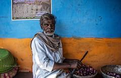 PATTADAKALL:ÉPLUCHER DES OIGNONS (pierre.arnoldi) Tags: inde india pierrearnoldi pattadakall karnataka canon6d tamron on1raw photoderue photooriginale photocouleur photodevoyage portraitdhomme portraitsderue