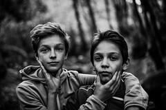 Double portrait en sous-bois (PaxaMik) Tags: portrait portraitnoiretblanc sousbois forest forêt promenadeenforêt black blackandwhitephotos white noiretblanc n§b brothers