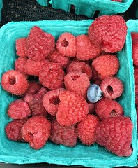 (julpaco) Tags: farmersmarket farmers red raspberry berry basket fruit