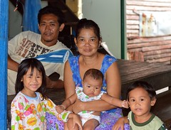 family portrait (the foreign photographer - ฝรั่งถ่) Tags: family portrait five people father mother three children khlong thanon portraits bangkhen bangkok thailand canon