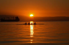 Shades of red in Thessaloniki (gavin.mccrory) Tags: sunset sun sunshine orange yellow red clear sea water boat row ripples currents reflection light travel world europe camera dslr timing dusk weather autumn greece sky ocean skyline horizon