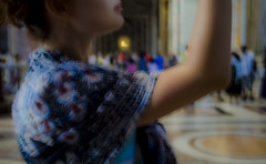 [ Naturalezza nel XXI secolo - Naturalness in the 21st century ] DSC_1224.R2.jinkoll (jinkoll) Tags: woman girl unfocused detail roma rome cathedral basilica vatican city sanpietro arm blue