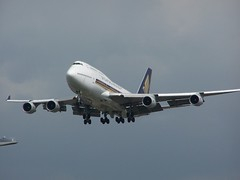 9V-SPD (IndiaEcho Photography) Tags: 9vspd singapore airlines boeing 747400 744 jumbo jet london heathrow egll lhr airport airfield civil aviation airliner aircraft aeroplane myrtle avenue hounslow middlesex england