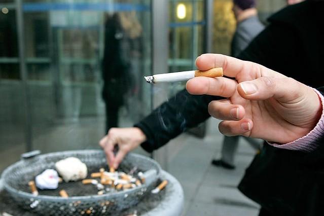 Руководство РФнезапретит курение около подъездов