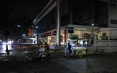 food vendors next to a honda dealership (the foreign photographer - ฝรั่งถ่) Tags: two food carts vendors phahoyolthin road honda dealership bangkhen bangkok thailand canon
