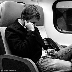 IMG_6392 (Akbar Simonse) Tags: trein train holland netherlands nederland openbaarvervoer publictransport reiziger traveller smartphone man candid people telefoon streetphotography straatfotografie vierkant square zwartwit bw blancoynegro bn monochrome akbarsimonse stiltecoupe