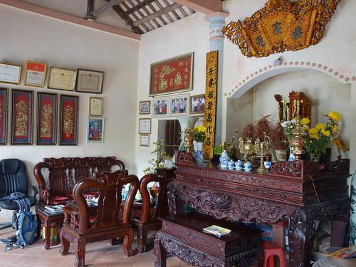 Nous avons été invités à déjeuner dans une maison traditionnelle vietnamienne. Le meuble au centre est un hôtel pour prier les ancêtres.