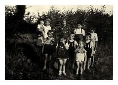 papà con i gemelli ... - 1940 c. (dindolina) Tags: photo fotografia blackandwhite bw biancoenero monochrome monocromo family famiglia gemelli twins agostinovignato italy italia anniquaranta forties 1940s