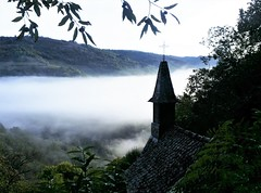 Magical morning<> Magie d'un matin. (France-♥) Tags: morning matin fog brouillard france conques viapodiensis occitanie aveyron croix roof toit brume