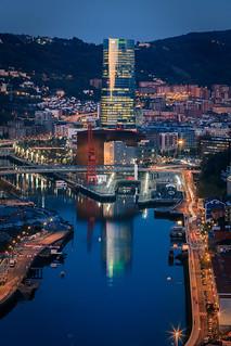 Atardecer en Bilbao con la torre de Iberdrola reflejandose en la ria