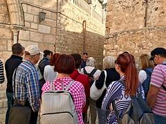 22 - Zarándokok Szűz Mária sírja előtt / Pútnici pred Kostolom Hrobu Panny Márie