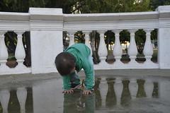 el niño y el agua (LuchinoStival) Tags: espejo agua water mirror kid niño beautifull columnas aire libre plaza place open space