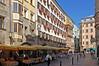 Innsbruck - Altstadt (24) - Goldenes Dachl (Pixelteufel) Tags: innsbruck tirol tyrol österreich austria tourismus architektur fassade gebäude altstadt innenstadt city stadtmitte stadtkern goldenesdachl historisch restauriert erneuert hotel restaurant gaststätte gasthaus gasthof gasthausschild schmiedeeisen schmiedeeisern café strasencafé erker blumen blumenschmuck blumenkasten fusgängerzone balkon uhr