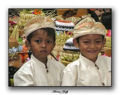 Enfants balinais (Les clichés de Martine) Tags: 2005 bali sumita enfant odalan indonésie indouisme