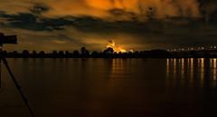 ... das Werkzeug fotografieren ... am Rhein in Krefeld-Ürdingen (gabrieleskwar) Tags: outdoor rhein niederrhein nrwgermany farbe nacht wasser wolken fluss kamera spiegelung